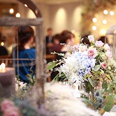 結婚式で女性ゲストがスーツを着てもOK?「正解」の衣装を選ぶコツや装いのポイントは?